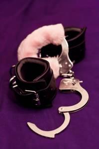 Deux paires de menottes : en cuir et en fausse fourrure